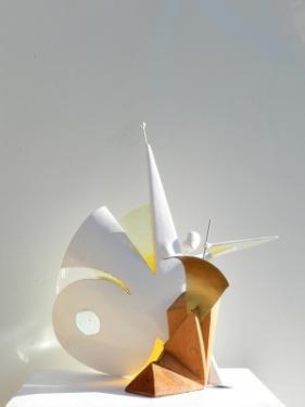 L'ANGE CREATEUR  La matière :  - métal - altuglass - thuya  La hauteur : 58.5 cm