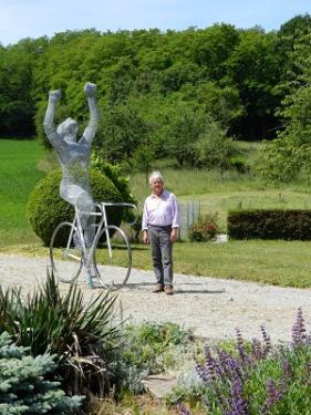 Le Cycliste   LA Matière :  - métal.  La hauteur : 3 m  Installé sur un rond point de la ville de ST HILAIRE DE RIEZ Vendée